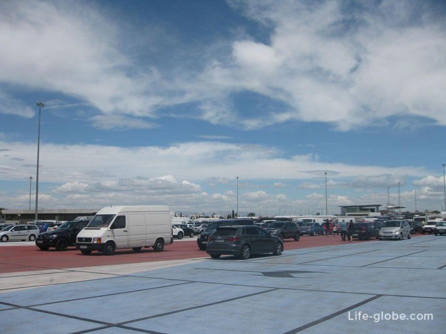 Парковка возле пятничного рынка в Торревьехе