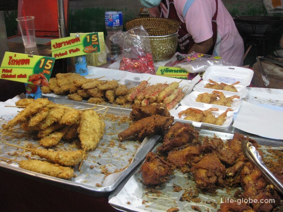 Уличная еда на ночном рынке на Кароне, Таиланд