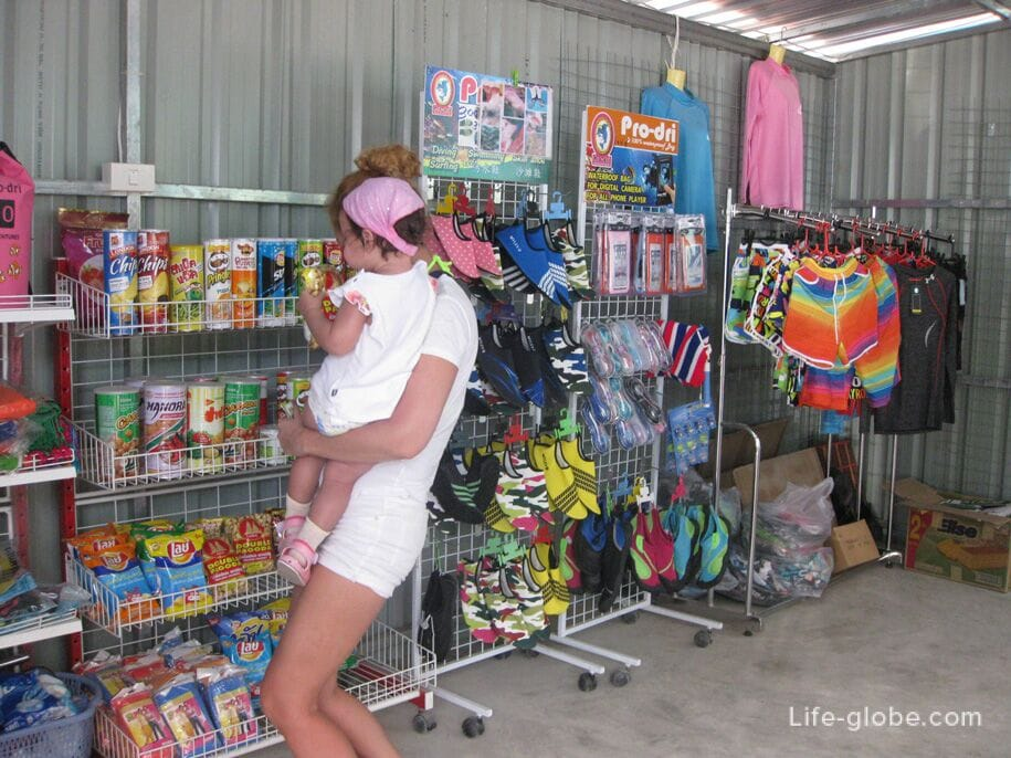 Excursion to the islands of Phi Phi, a trading shop on the Phuket pier