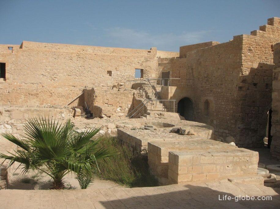 Форт Бордж-эль-Кебир, город Хумт-Сук