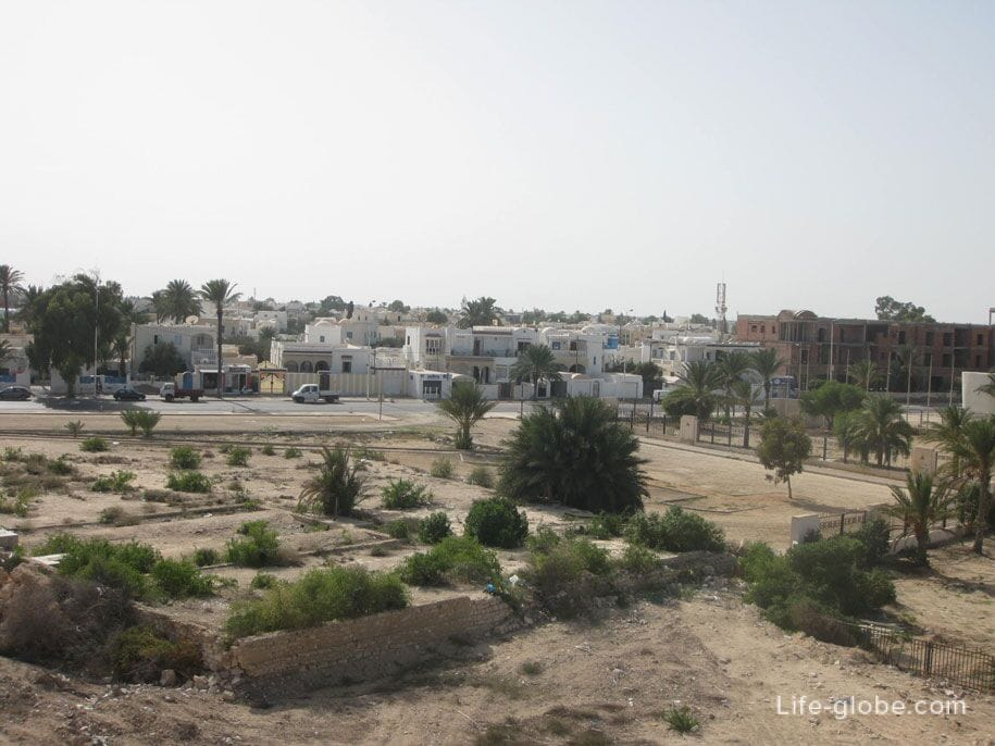 Вид на город Хумт-Сук со стен Форта