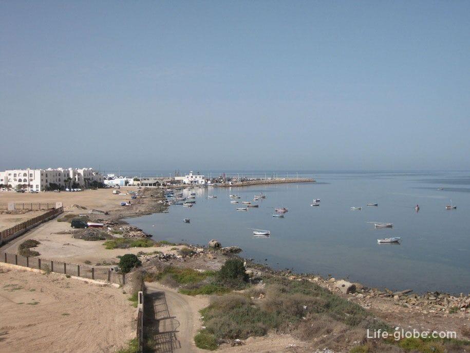 Вид на Средиземное море со стен Форта в Хумт-Суке