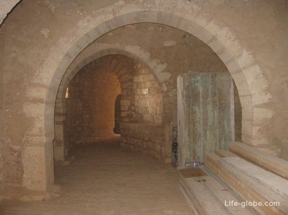 Коридоры крепости Гази Мустафы в Хумт-Суке