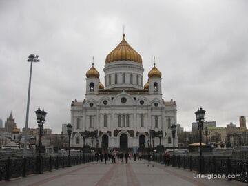 Главная церковь страны - Храм Христа Спасителя в Москве. А также, Патриарший мост и  памятник Петру I