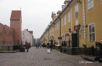 Яковлевские казармы (Екаба) и городская стена с башней Рамера в Риге