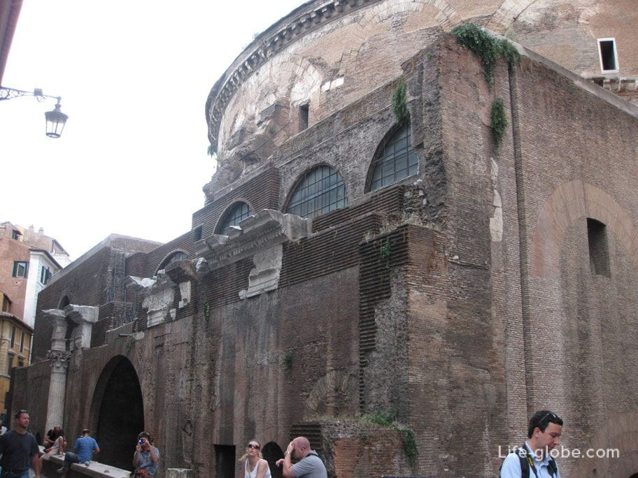 Pantheon in Rome, view from the rear