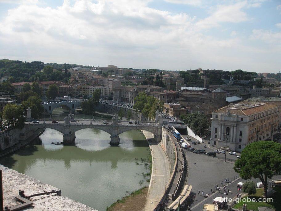 вид на сказочные мосты Рима из замка Святого Ангела