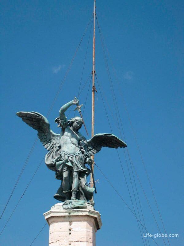 статуя Ангела на макушке замка Сант-Анджело, Рим, Италия