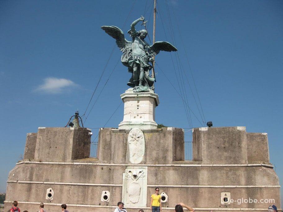 статуя Ангела на вершине замка Святого Ангела в Риме