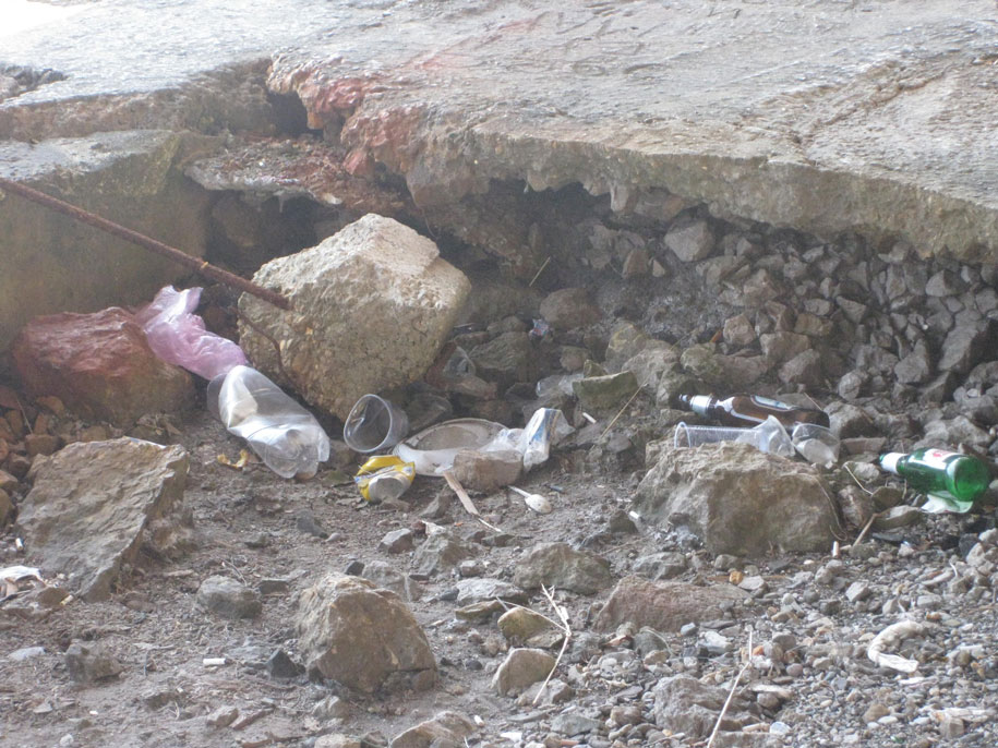 Мусор на набережной в Алупке