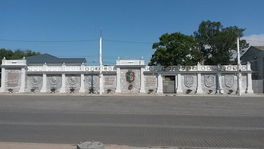 Театральная площадь, пантеон основателей города Евпатория
