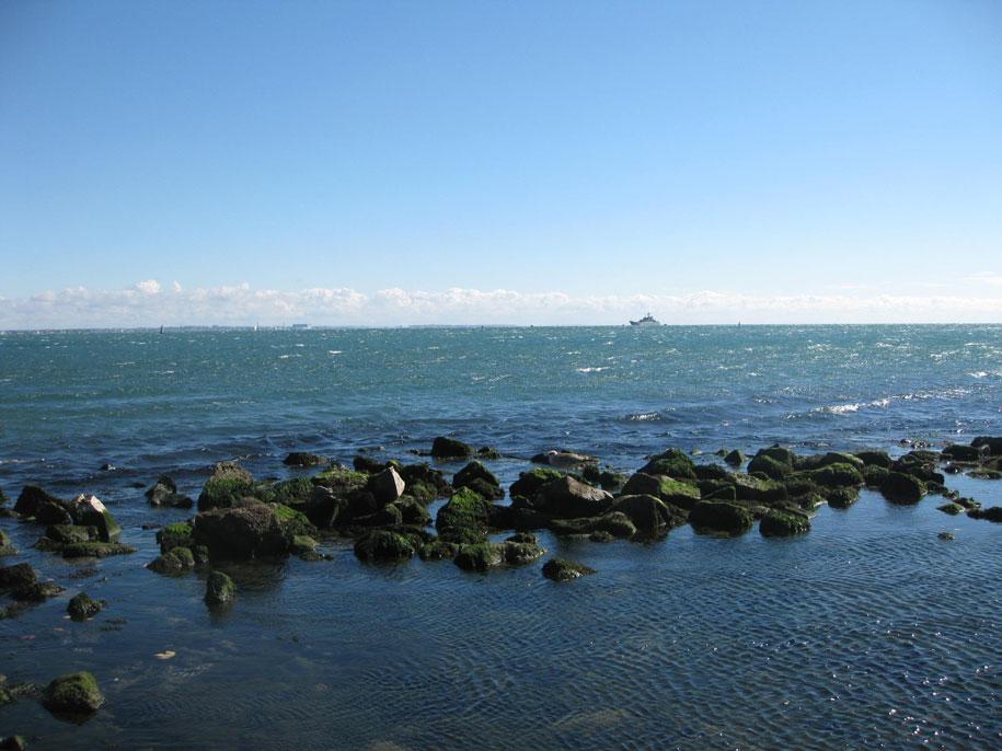 Пляжи у морского порта в Феодосии