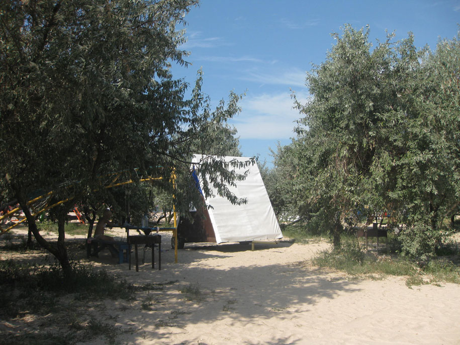 Шалаш палатка на пляже Оазис, Ачуево