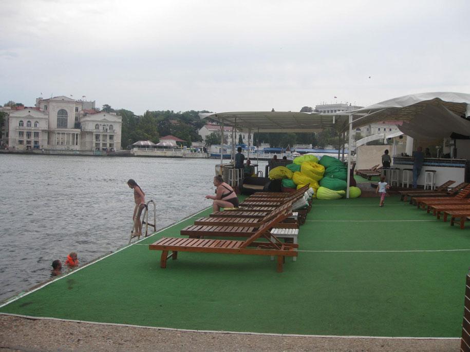 Бетонный пляж возле переправы, Севастополь