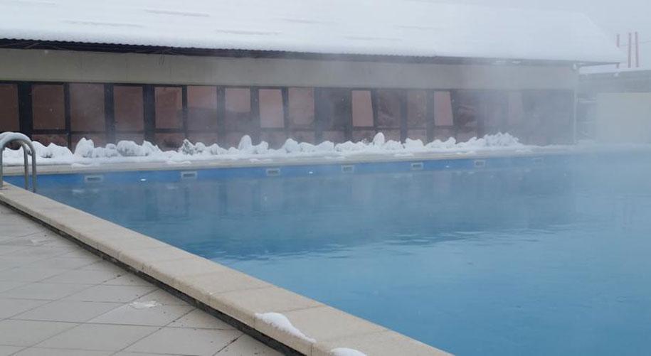 Бассейн с водой из горячих источников в гостинице Распутин, Мосты