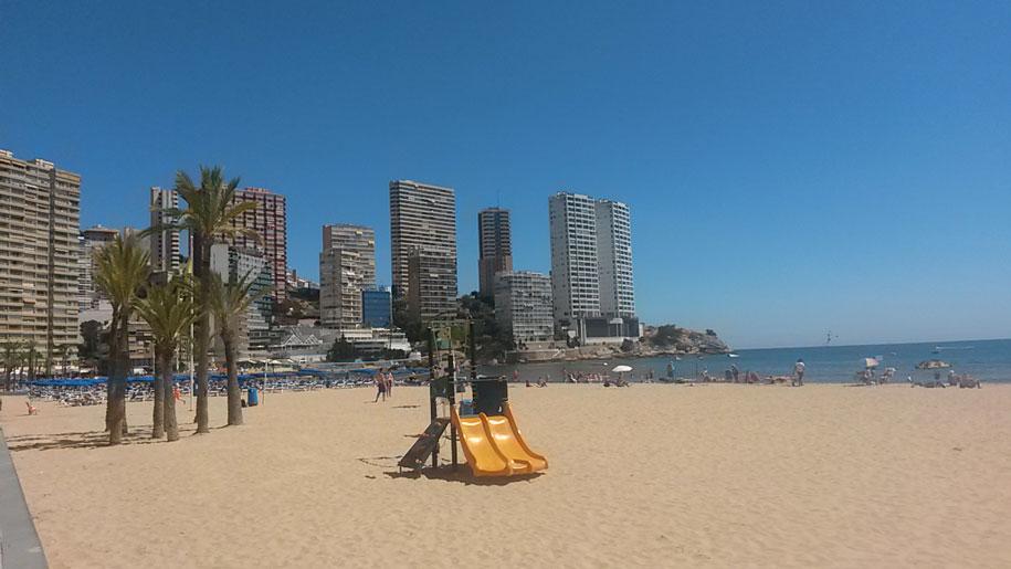 Детские площадки на пляже Леванте, Бенидорм, Испания