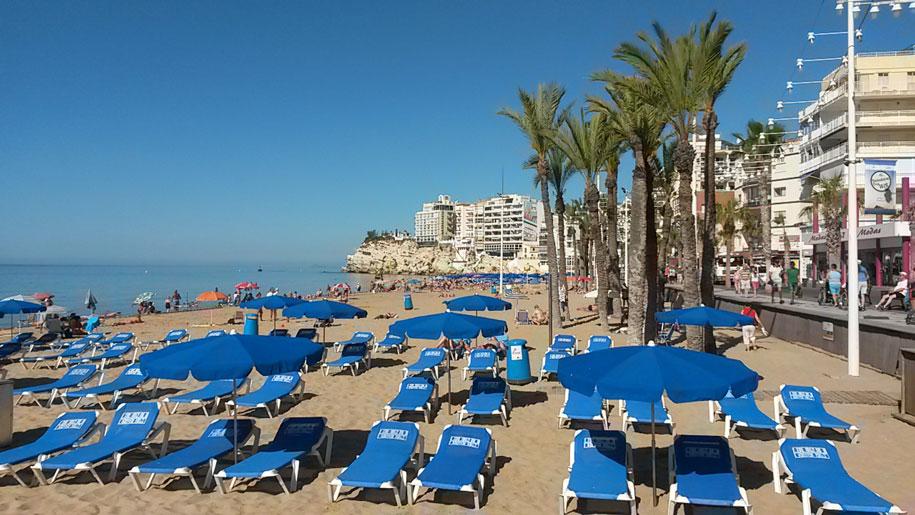 Шезлонги и зонты от солнца на пляже Леванте, Бенидорм