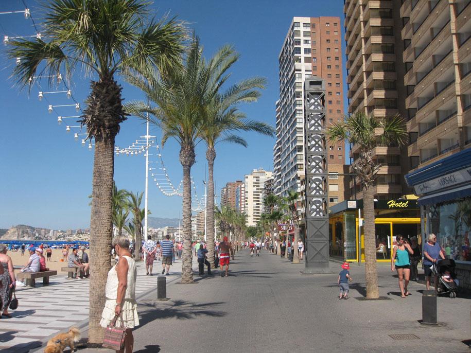 Набережная пляжа Леванте в Бенидорме, Испания