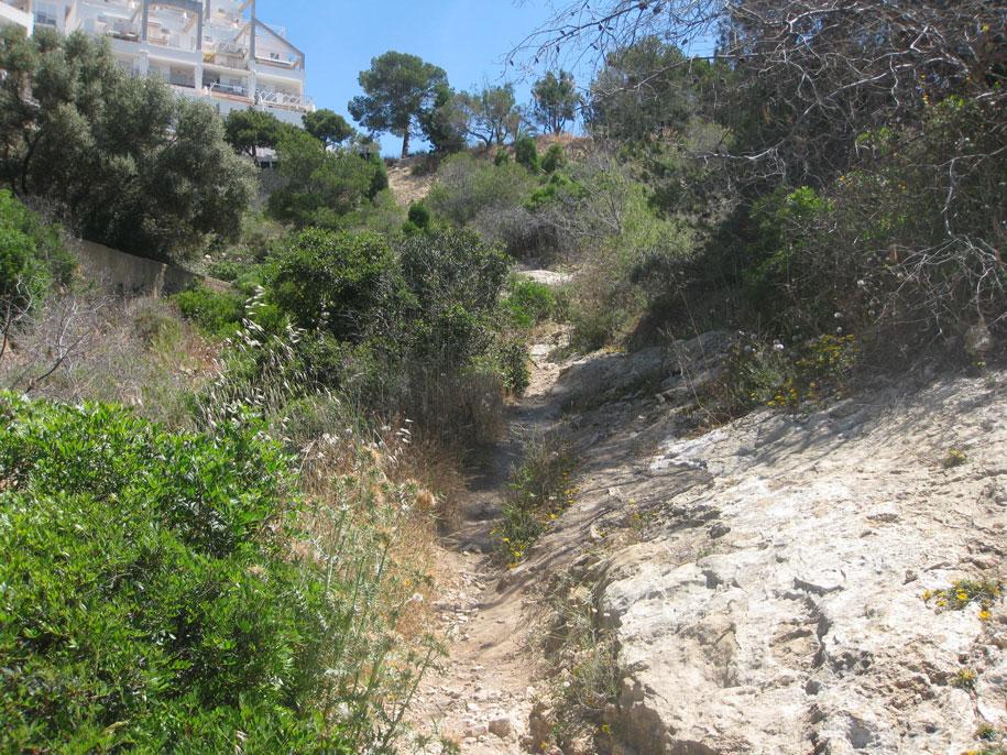 Дорога к пляжу Алмадрава в Бенидорме
