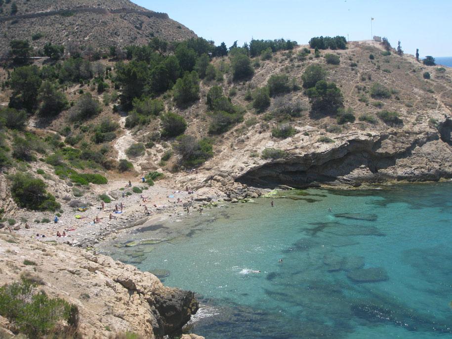 Пляжи Бенидорма - неофициальный нудистский пляж Алмадрава