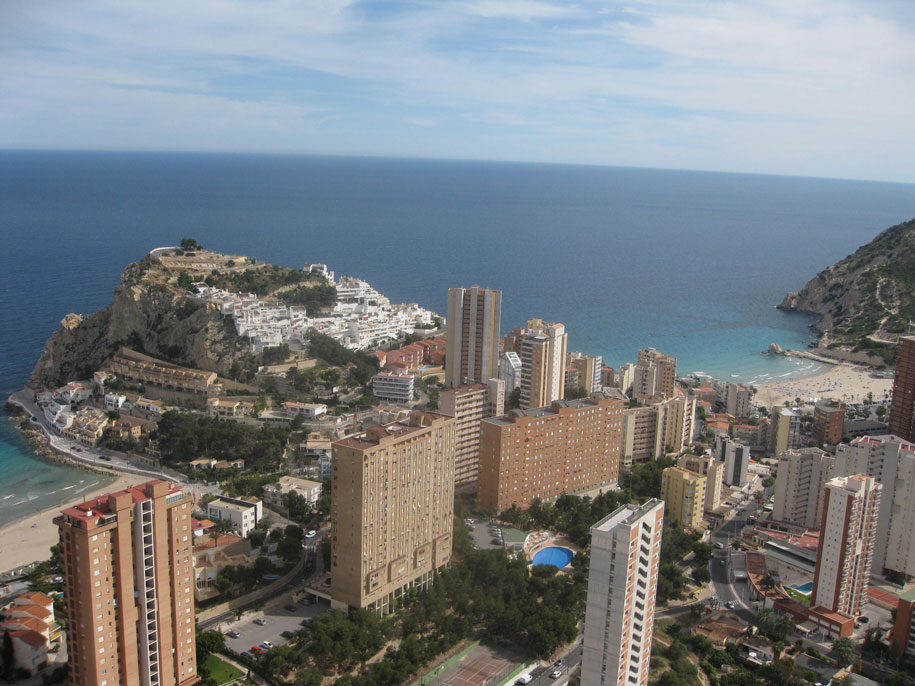 Вид со смотровой площадки отеля Гран Бали на Бенидорм и окрестности
