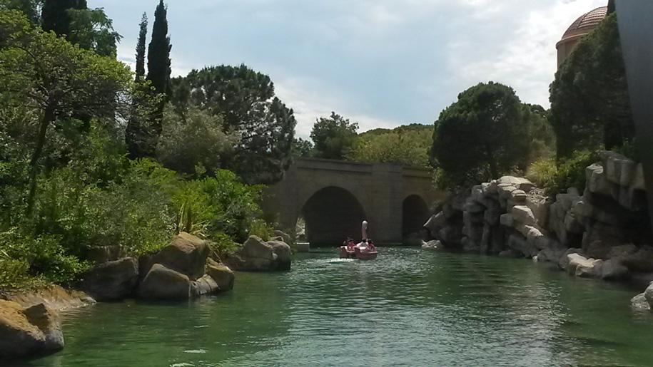 Катамаран лебедь в парке развлечений Терра Митика в Бенидорме