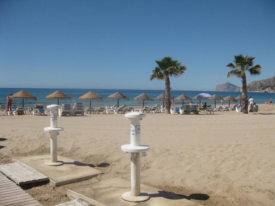 Шезлонги и души для ног на пляже Ареналь, Кальпе