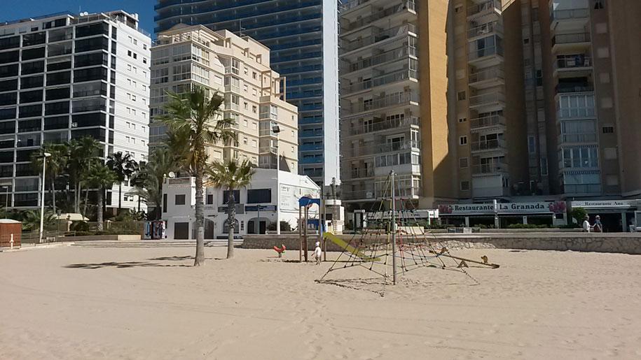 Детские площадки на пляже Ареналь в Кальпе