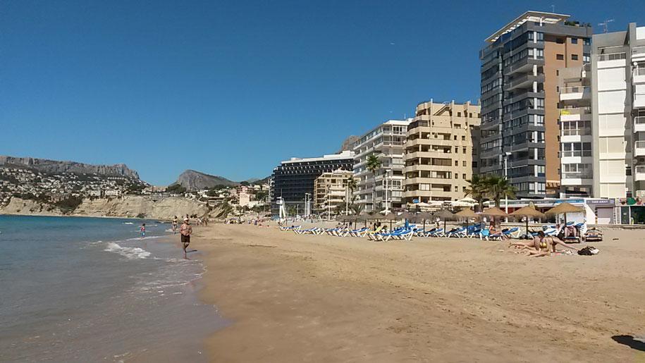 Шезлонги и зонты от солнца на пляже Ареналь-Бол, Кальпе