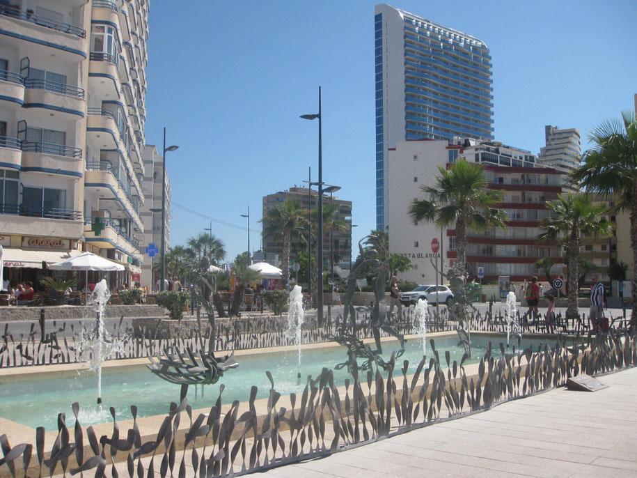 Фонтан на набережной пляжа Ареналь, Кальпе, Испания