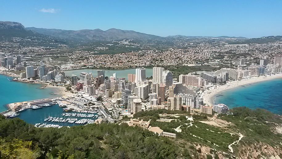 Виды Кальпе со смотровой площадки скалы Ифач, Испания