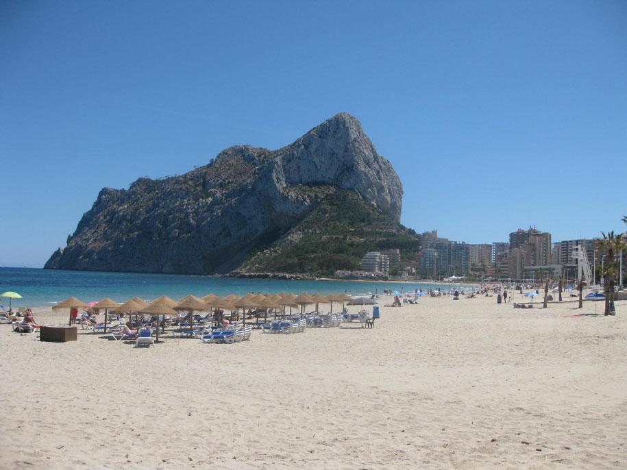 Шезлонги на пляже Ла Фосса, Кальпе, Испания