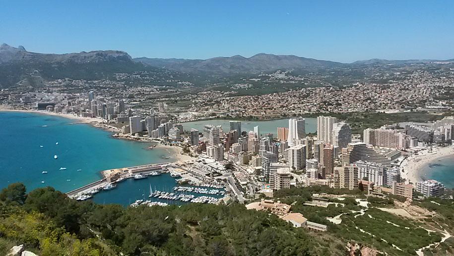 Вид со смотровой площадки горы Ифач на пляжи Кальпе, морской порт, соленое озеро и сам город