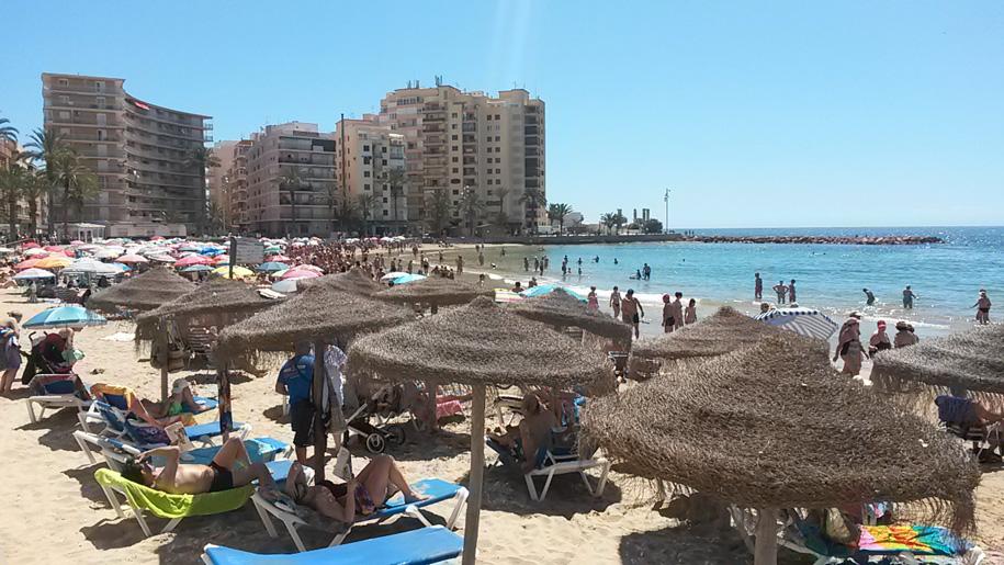 Шезлонги и зонты от солнца на пляже Дель Кура