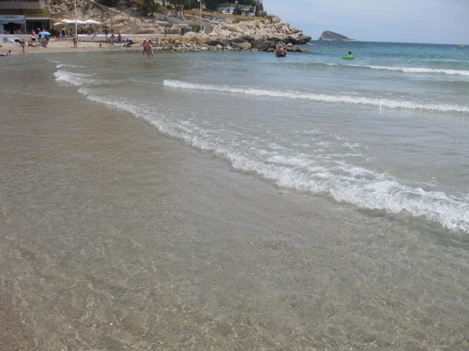 Морская вода пляжа Финестрат, Испания