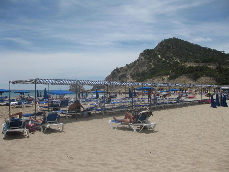 Шезлонги и зонты от солнца на пляже Финестрат, Испания