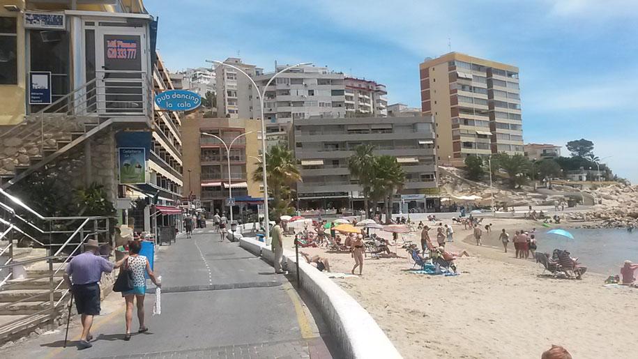 Набережная возле пляжа Финестрат, Испания