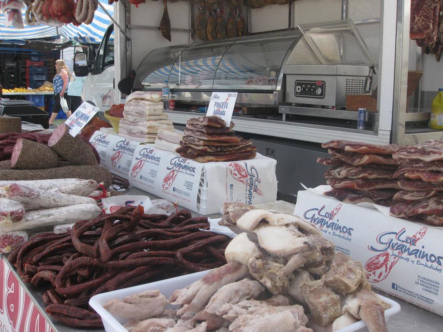 Колбасы на рынке в Торревьехе, Испания