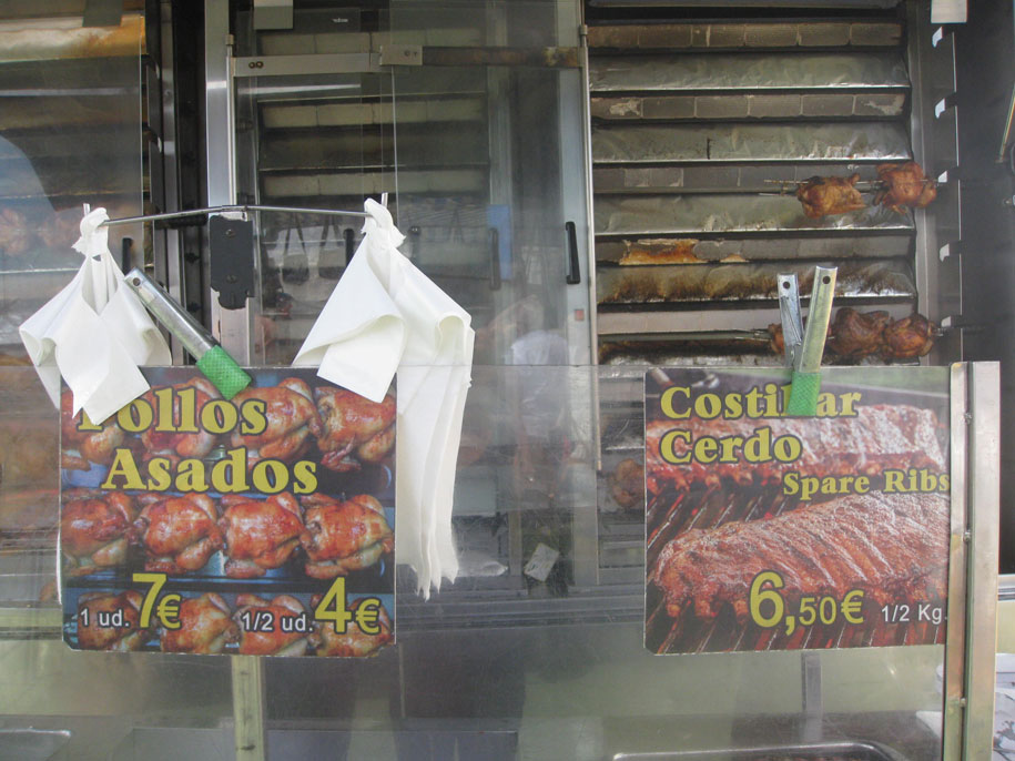 Курица и ребрышки гриль на рынке в Торревьехе, цены