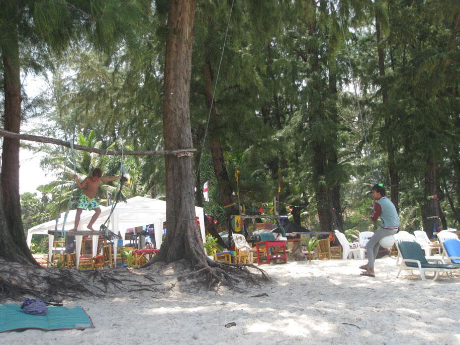 На пляже Бангтао