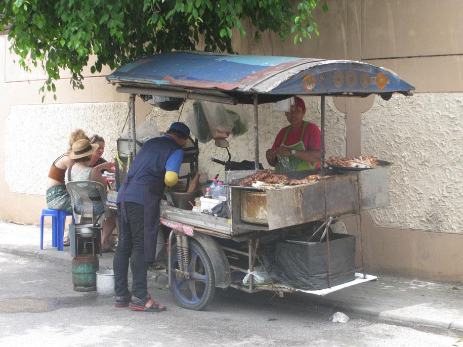 Макашницы на улицах Бангтао, Пхукет