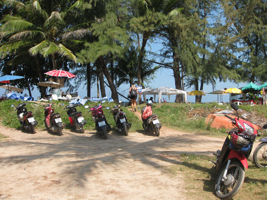 Парковочные места возле пляжа Банг Тао