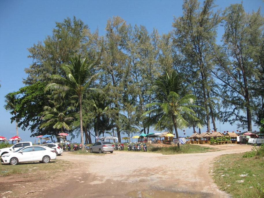 Парковочные места возле пляжа Бангтао