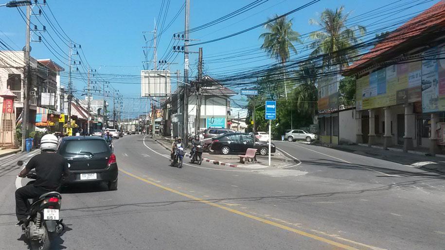 Указатель пляжа БангТао у улицы Soi Cherngtalay 14