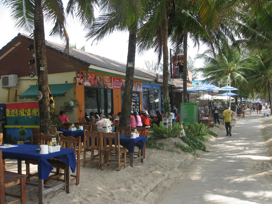 Центральная часть набережной пляжа Камала