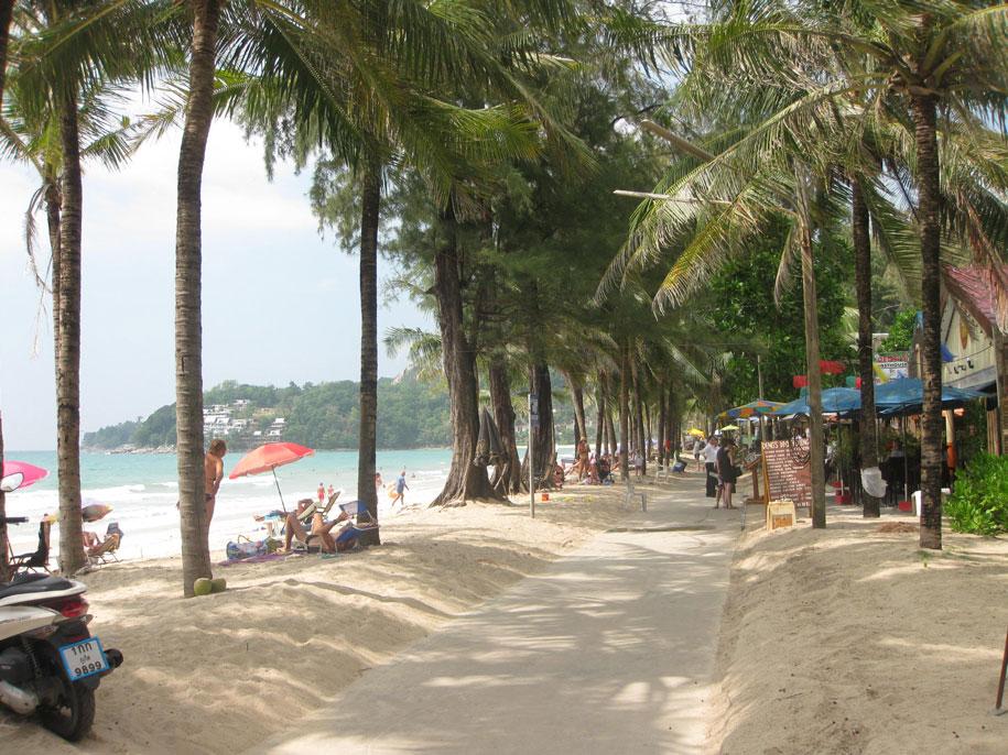 Центральная часть набережной пляжа Камала, остров Пхукет