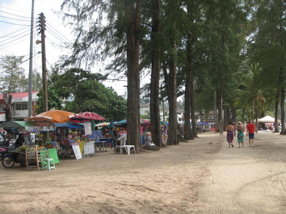 Торговые точки на набережной, пляж Камала
