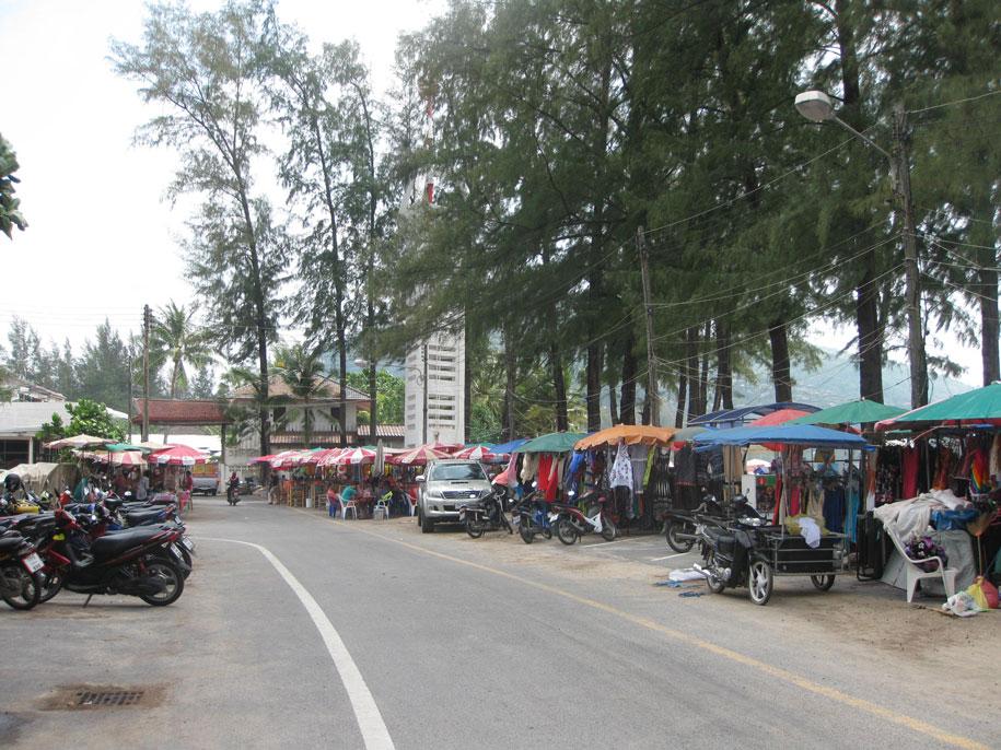 Торговые точки возле пляжа Камала