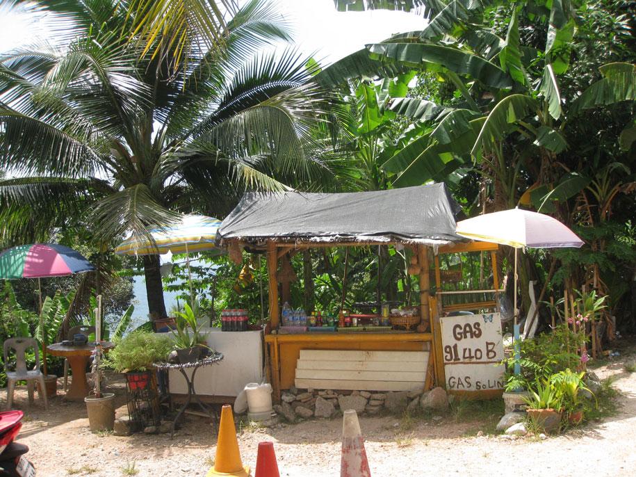 У входа на пляж Лаем Синг