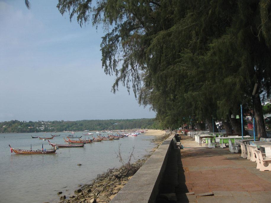 Кафе вдоль пляжа Равай